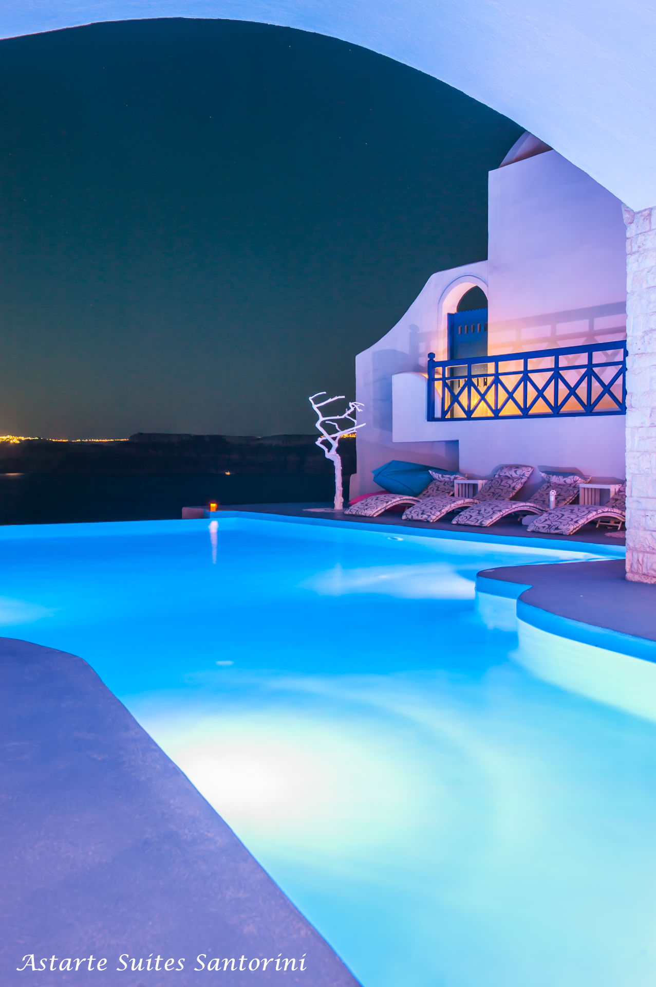 Astarte_Suites_in_Santorini_-_Infinity_pool
